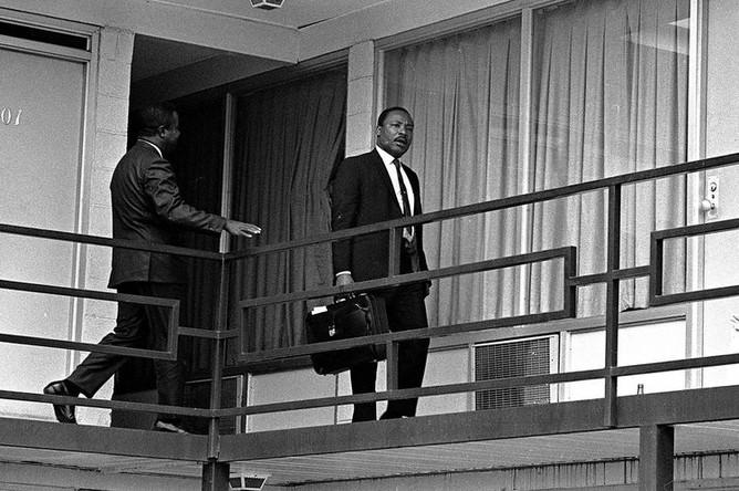 3 апреля 1968 года. Мартин Лютер Кинг на балконе мотеля, где на него было совершено покушение