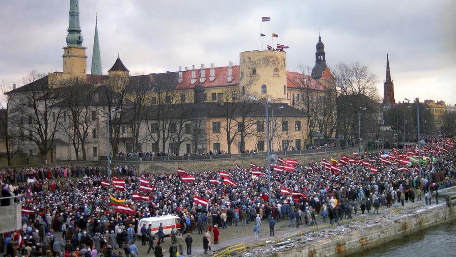 Митинг на набережной в Риге, организованный Народным фронтом Латвии против военных действий в Вильнюсе, 13 января 1991 года