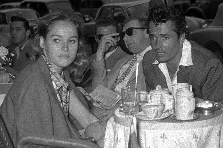 Урсула Андресс и ее муж Джон Дерек застоликом водном изкафе Рима, 1957 год