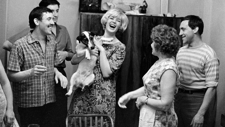 Артисты Театра на Таганке: Валерий Золотухин, Вениамин Смехов, Нина Шацкая и Владимир Высоцкий, 1965 год