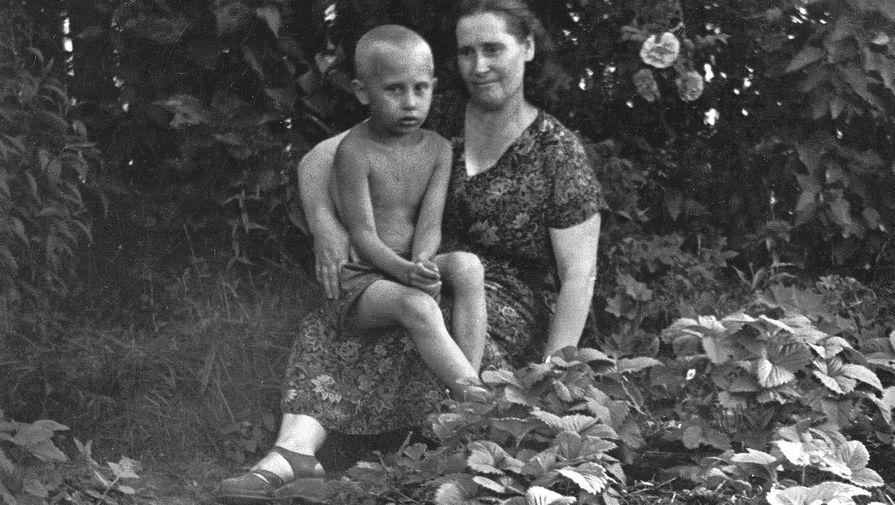 Владимир Путин на руках у матери
