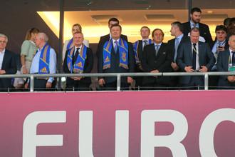 Президент Украины Виктор Янукович (в центре) и президент УЕФА Мишель Платини (третий справа) перед началом матча группового этапа чемпионата Европы по футболу между сборными командами Украины и Швеции