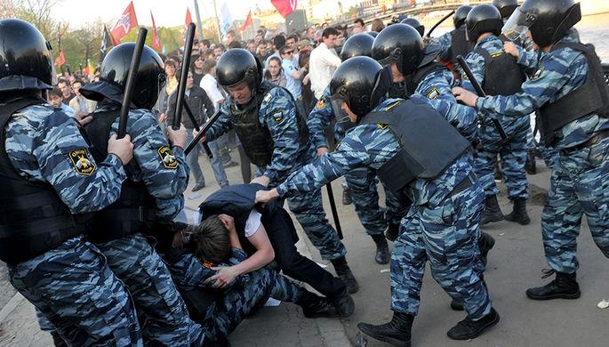 Сотрудники правоохранительных органов задерживают участников митинга на Болотной площади, 6 мая 2012 года