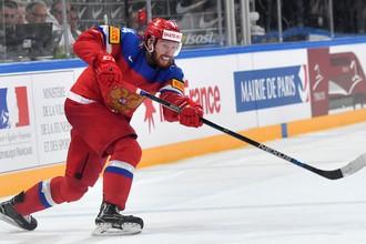 21-летний защитник сборной России Владислав Гавриков наносит бросок по воротам соперника в матче чемпионата мира по хоккею — 2017
