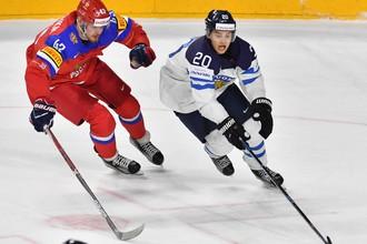 Нападающий сборной России Валерий Ничушкин в противоборстве с форвардом сборной Финляндии Себастьяном Ахо