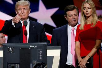 Кандидат в президенты США Дональд Трамп с дочерью Иванкой и глава предвыборного штаба Пол Манафорт во время мероприятия в Кливленде, июль 2016 года