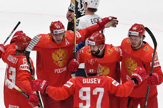 Игроки сборной России радуются забитой шайбе в матче 1/4 финала чемпионата мира по хоккею между сборными командами России и США, 23 мая 2019 года