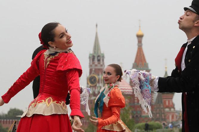 Артисты выступают в парке «Зарядье» в Москве во время празднования Дня России