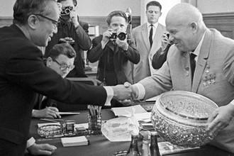 Первый секретарь ЦК КПСС Никита Сергеевич Хрущев благодарит Генерального секретаря Организации Объединенных Наций У Тана за подарок — вазу работы бирманских мастеров, 1964 год