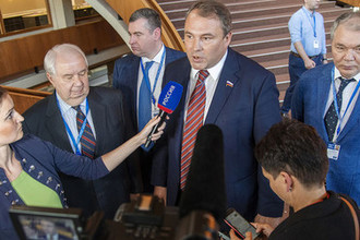 Зампред Госдумы Петр Толстой с журналистами после заседания ПАСЕ в Страсбурге, июнь 2019 года