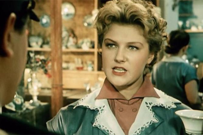 Кадр из фильма «За витриной универмага» (1955)