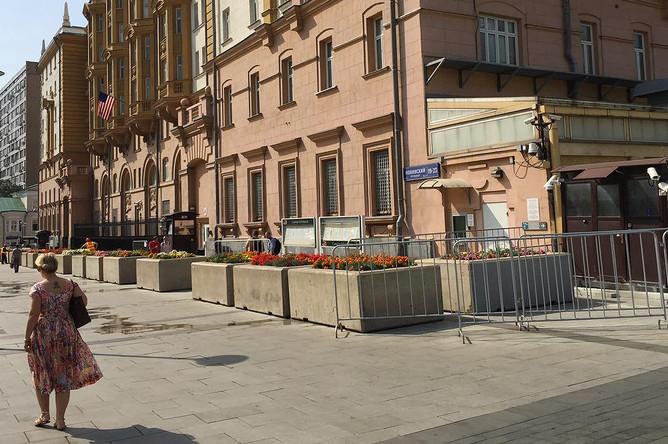 Вход в посольство США на Новинском бульваре в Москве, утро 22 августа 2017 года