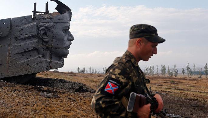Ополченец около памятника Саур-Могила под Донецком, август 2014 года