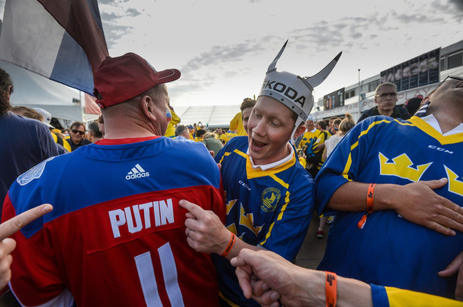 Болельщики перед началом матча между сборными России и Швеции на чемпионате мира по хоккею.