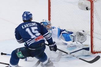 Мартиньш Карсумс забрасывает в ворота минского «Динамо» третью шайбу