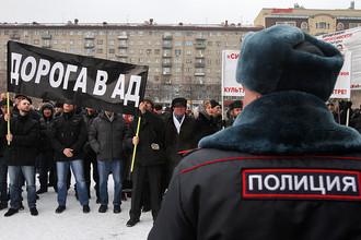 Православные активисты во время акции протеста у Новосибирского государственного театра оперы и балета, где состоялся очередной показ оперы Р. Вагнера «Тангейзер» в постановке режиссера Т. Кулябина
