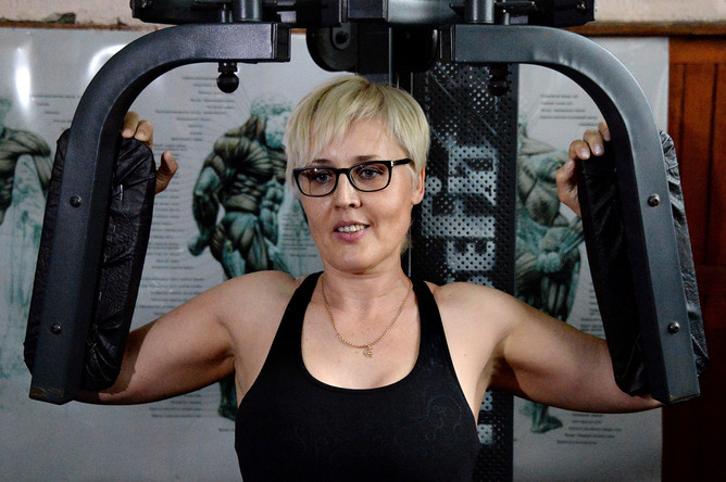 Чемпион мира по армлифтингу Галина Кошурникова во время тренировки