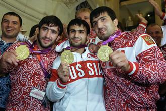 Российские дзюдоисты Тагир Хайбулаев (справа), завоевавший золотую медаль в весовой категории до 100 кг, Арсен Галстян т(в центре), завоевавший золотую медаль в весовой категории до 60 кг, и Мансур Исаев (слева), завоевавший золотую медаль в весовой категории до 73 кг