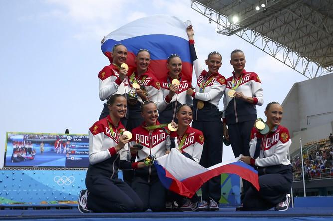 Россия завоевала золото Олимпиады — 2016 в Рио-де-Жанейро в командных соревнованиях по синхронному плаванию, уверенно опередив всех своих конкуренток. Серебро досталось китаянкам, а бронза — японкам.