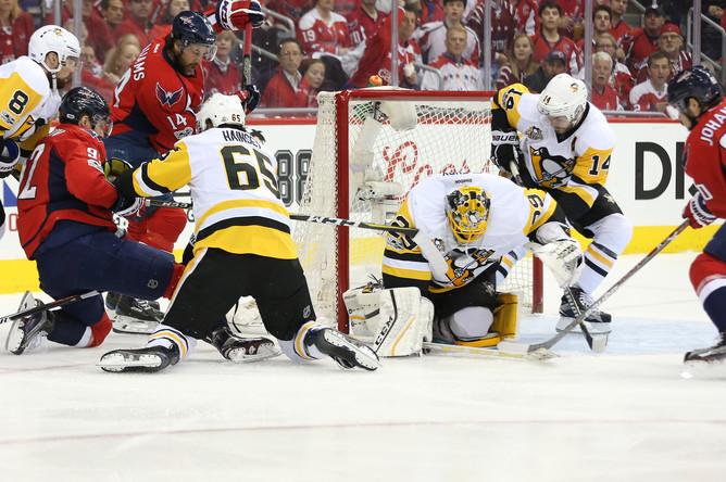 Атака на ворота «Питтсбурга» в седьмом матче серии 1/4 полуфинала плей-офф НХЛ.