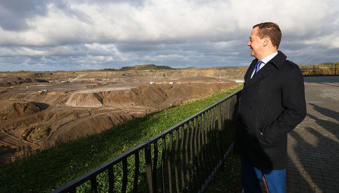 Председатель правительства России Дмитрий Медведев на смотровой площадке на янтарном карьере во время посещения Калининградского янтарного комбината, 23 октября 2018