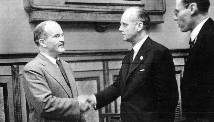 Молотов и Риббентроп после подписания советско-германского договора о дружбе и границе между СССР и Германией. Москва, 28 сентября