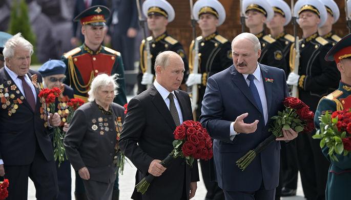 Президент России Владимир Путин и президент Белоруссии Александр Лукашенко во время церемонии возложения цветов к Ржевскому мемориалу Советскому солдату, 30 июня 2020 года
