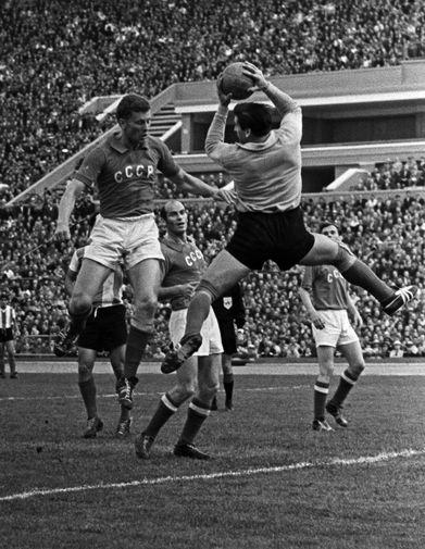 Виктор Понедельник (на первом плане) во время товарищеского матча «Аргентина- СССР» в Москве, 1961 год