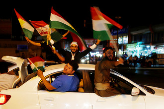 Люди с флагами в день референдума о независимости Иракского Курдистана в Эрбиле, 25 сентября 2017 года