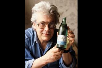 Аллан Чумак с «заряженной» им бутылкой газированной воды, производство которой налажено на Москворецком экспериментальном заводе, 1992 год
