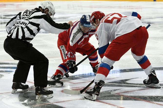 Игрок сборной России Максим Шалунов (справа) и игрок сборной Чехии Ян Коварж в матче первого этапа Евротура Кубка Карьяла между сборными командами России и Чехии.