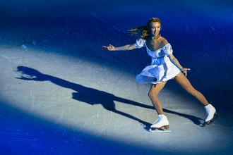 Фигуристка Татьяна Тотьмянина в роли Джульетты в сцене из ледового спектакля Ильи Авербуха «Ромео и Джульетта» в Москве.