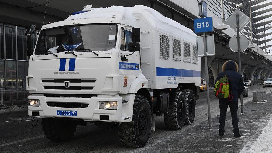 Полицейский автозак на базе автомобиля «КамАЗ» на территории аэропорта Внуково, 17 января 2021 года