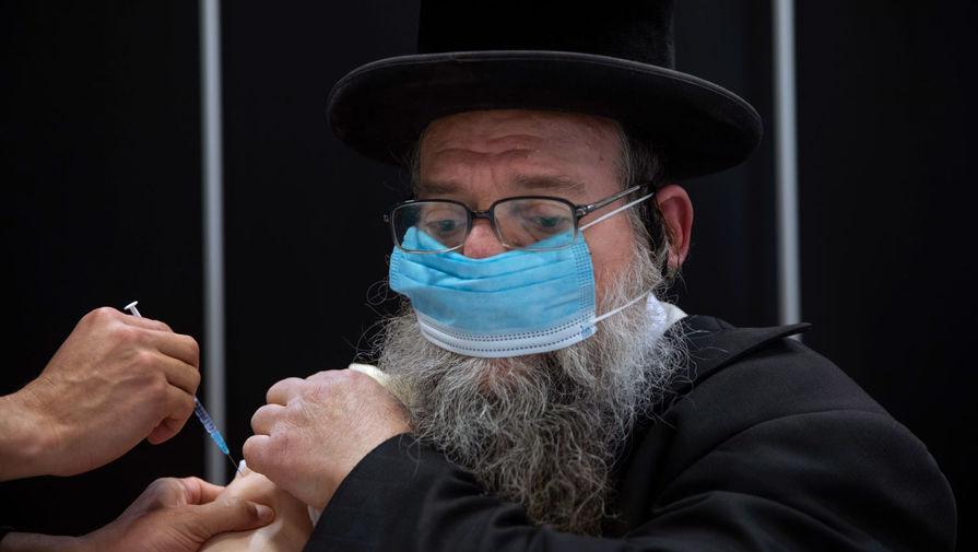 Вакцинация против коронавируса в синагоге города Бней-Брак, Израиль, 7 марта 2021 года