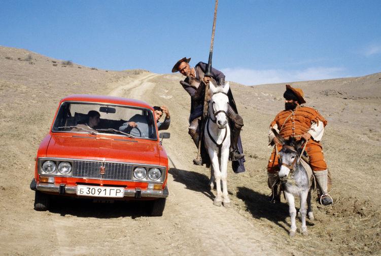 Кахи Кавсадзе объясняет дорогу водителю автомобиля на съемках фильма «Житие Дон Кихота и Санчо», 1986 год
