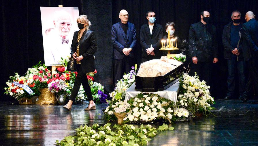 Церемония прощания с актером, народным артистом Грузинской ССР Кахи Кавсадзе в большом зале Тбилисского театра имени Шота Руставели, 1 мая 2021 года