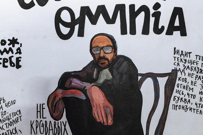 Режиссер и художественный руководитель «Гоголь-центра» Кирилл Серебренников на стенах фойе второго этажа