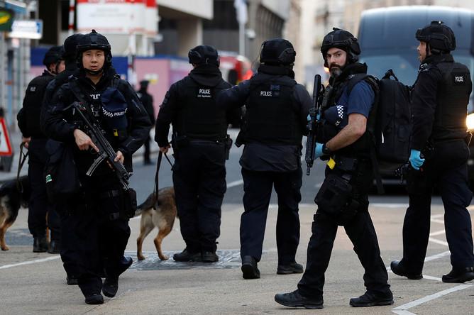 Сотрудник правоохранительных служб на месте инцидента в центре Лондона, 29 ноября 2019 года