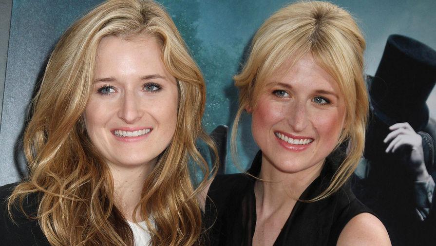 Грейс Гаммер с сестрой, актрисой Мэми Гаммер на премьере фильма «Авраам Линкольн: Охотник на вампиров», 2012 год
