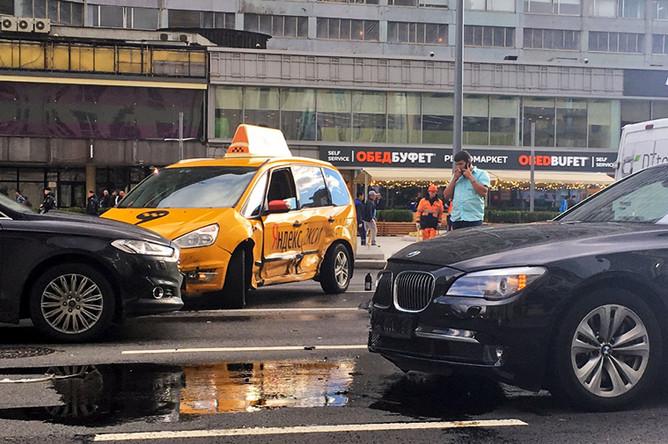 На месте ДТП с автомобилем Суркова и такси на Новом Арбате. Фото: «Эхо Москвы»
