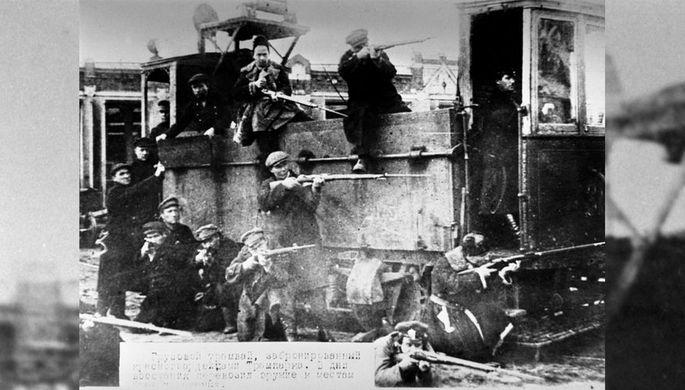 Бронированный грузовой трамвай, который изготовили и использовали красногвардейцы в октябрьских боях в Москве, 1917 год