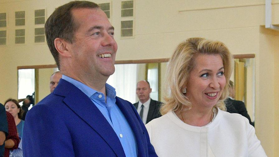 Медведев и его жена получат дипломатические паспорта