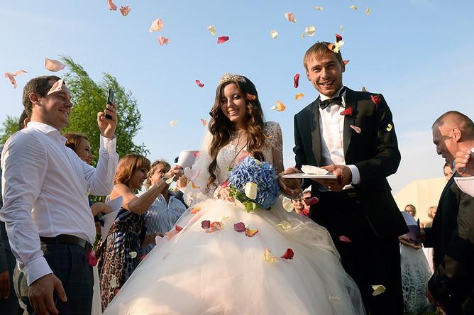 Российский биатлонист Антон Шипулин и Луиза Сабитова на праздновании бракосочетания в Екатеринбурге