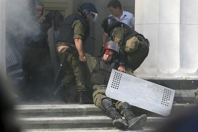 Раненный в результате беспорядков силовик у здания Верховной рады Украины