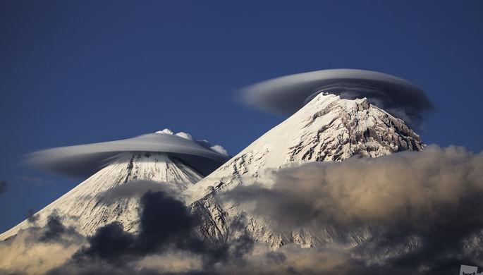 Из кратера Ключевской сопки активно выбрасывается дым, но даже это не помешало вулкану нарядиться в...