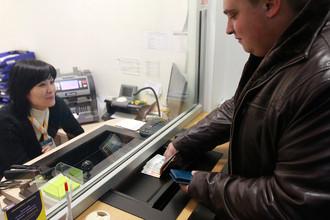 Мужчина вносит деньги на свой банковский счет в офисе ООО КБ «Юниаструм Банк» на Комсомольском проспекте