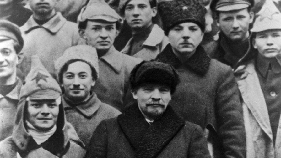 В.И. Ленин и К.Е. Ворошилов среди делегатов X съезда РКП /б/, 1921 год