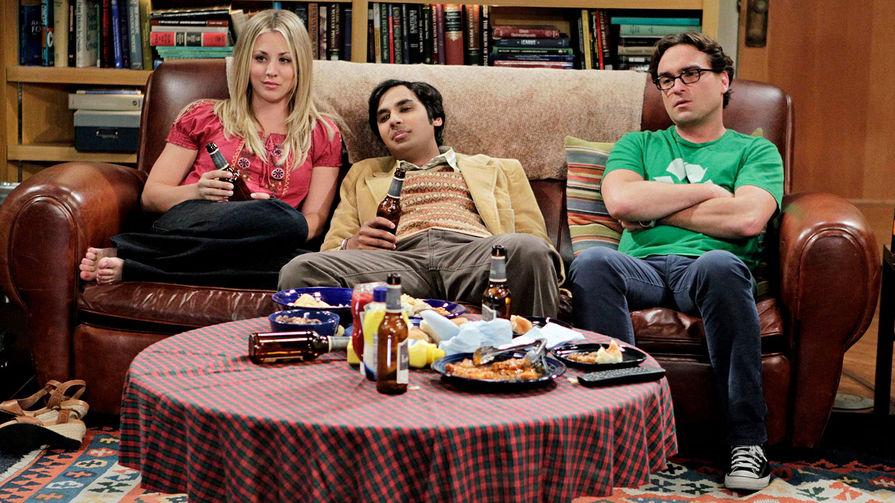 Кейли Куоко, Кунал Найяр и Джонни Галэки в шестом сезоне сериала «Теория большого взрыва» (2012)
