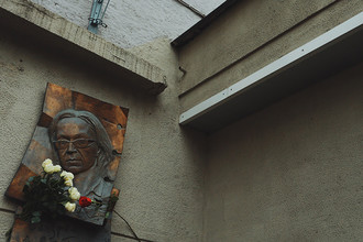 Мемориальная доска на здании, где находится редакция «Новой газеты», в Москве