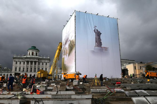 Подготовка к установке памятника святому равноапостольному князю Владимиру на Боровицкой площади
